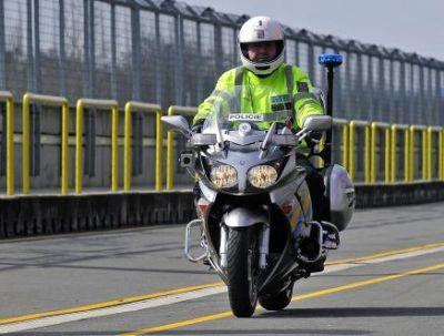 policista na motocyklu