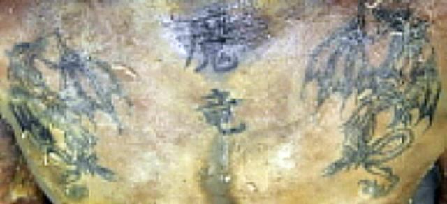 Muž měl na horní části těla tetování